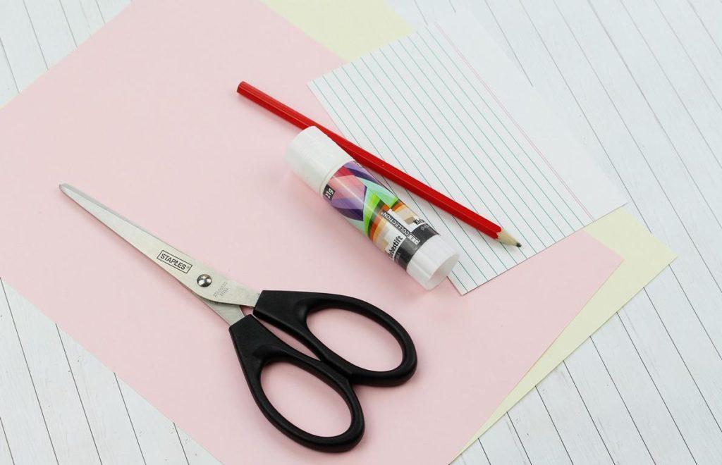 Lesezeichen aus Papier flechten - diese Materialien brauchst du