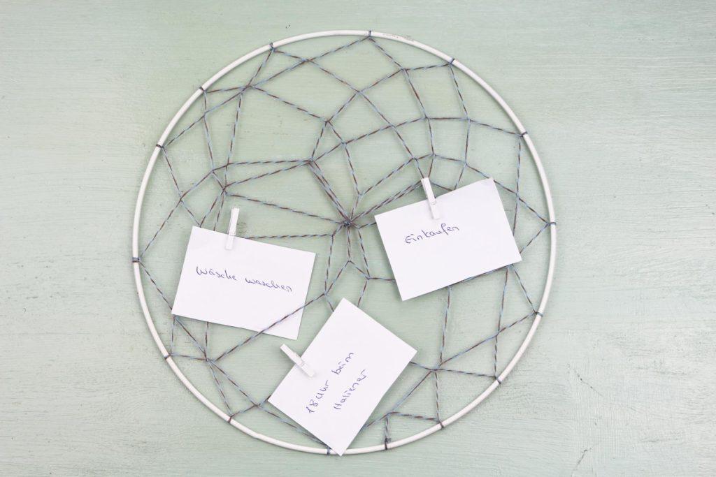 DIY Memory Board im Traumfänger-Stil