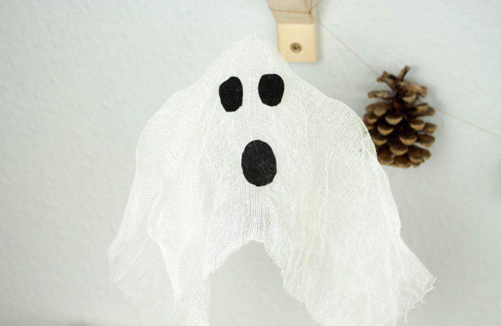 DIY Halloween Dekoration: Schwebende Geister basteln