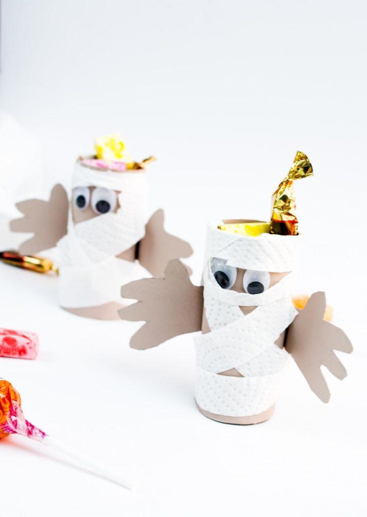 DIY Mumie aus Klopapierrollen basteln - Süßigkeitenaufbewahrung für Halloween