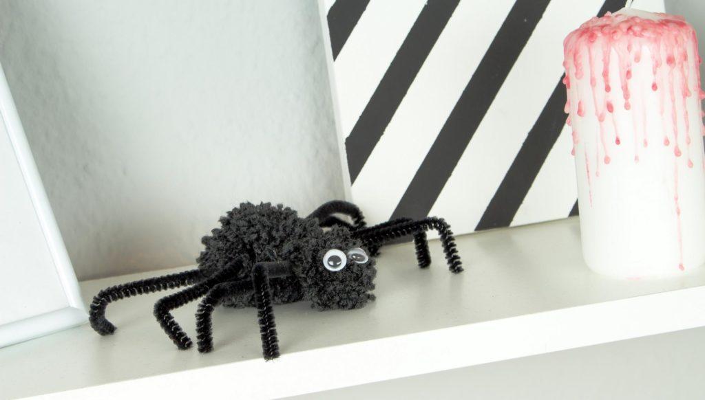 DIY Pompom Spinne basteln - günstige Halloween Deko