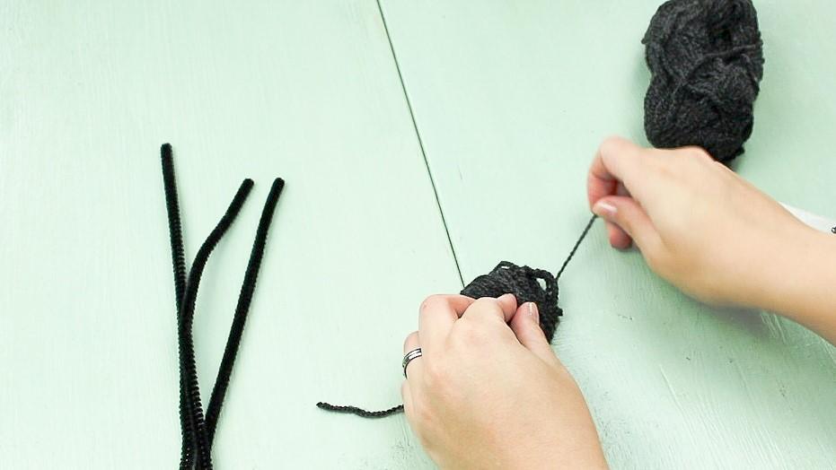 DIY Pompom Spinne basteln - Schritt 2