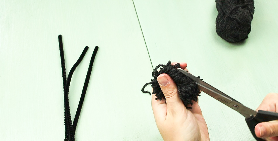 DIY Pompom Spinne basteln - Schritt 3