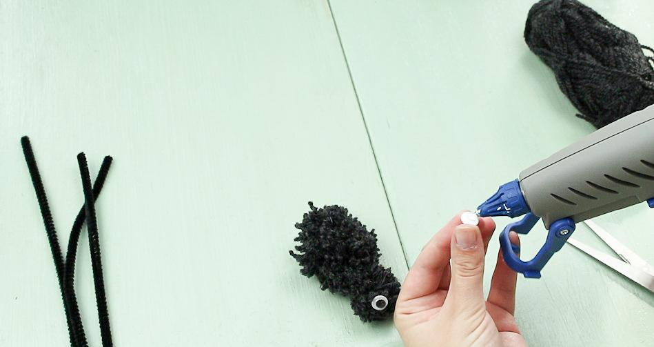 DIY Pompom Spinne basteln - Schritt 6