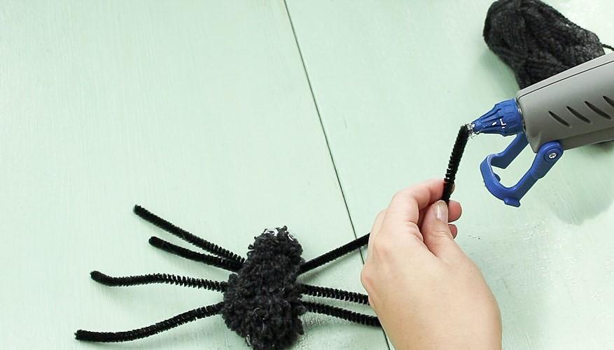 DIY Pompom Spinne basteln - Schritt 7