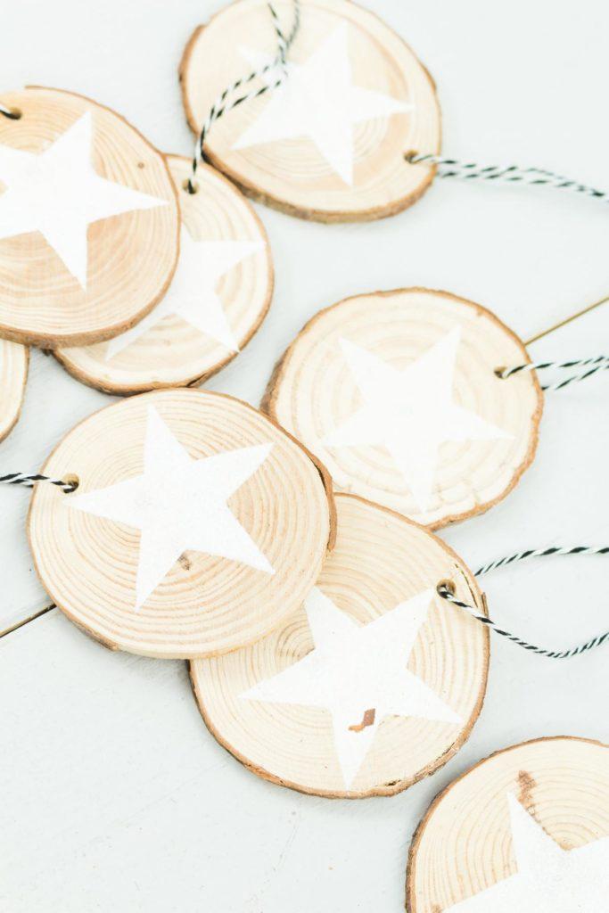 DIY Holzscheiben Anhänger mit Sternen basteln - schöner, einfacher Christbaumschmuck