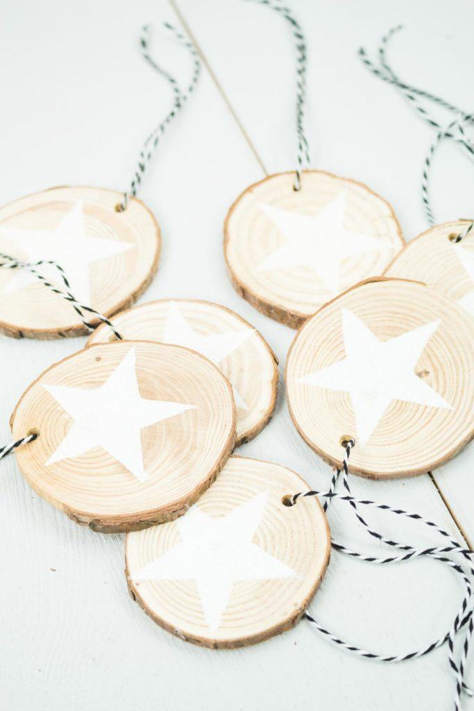 DIY Holzscheiben Sterne basteln - schöner, einfacher Christbaumschmuck