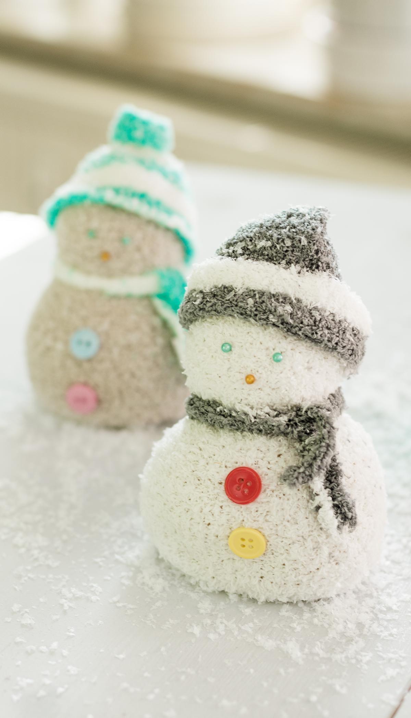 DIY Schneemann aus Kuschelsocken basteln - schöne Winter Deko und tolles Geschenk - einfach und günstig selber gemacht