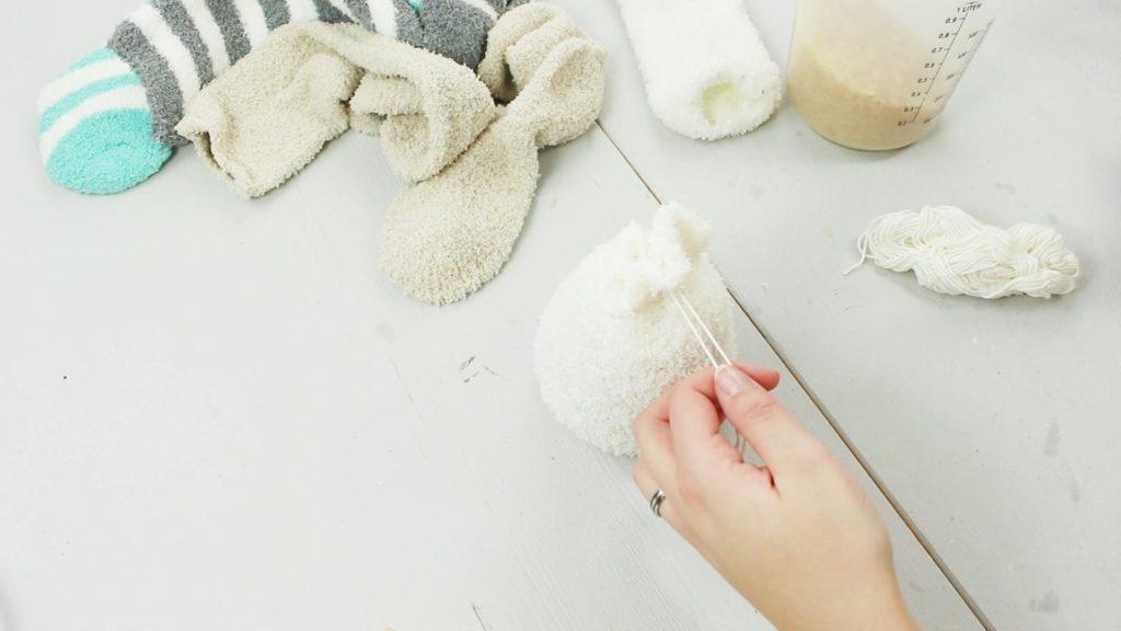 DIY Schneemann aus Kuschelsocken basteln - Schritt 2