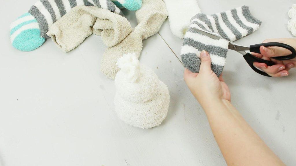 DIY Schneemann aus Kuschelsocken basteln - Schritt 4