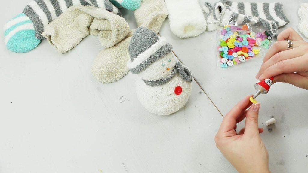 DIY Schneemann aus Kuschelsocken basteln - Schritt 5