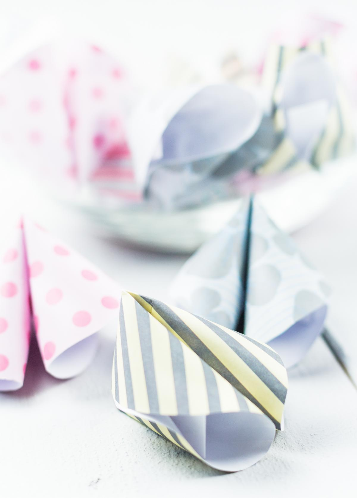 DIY Glückskekse aus Papier basteln - schönes Silvester, Geburtstag oder Party DIY - Bastelidee mit Papier