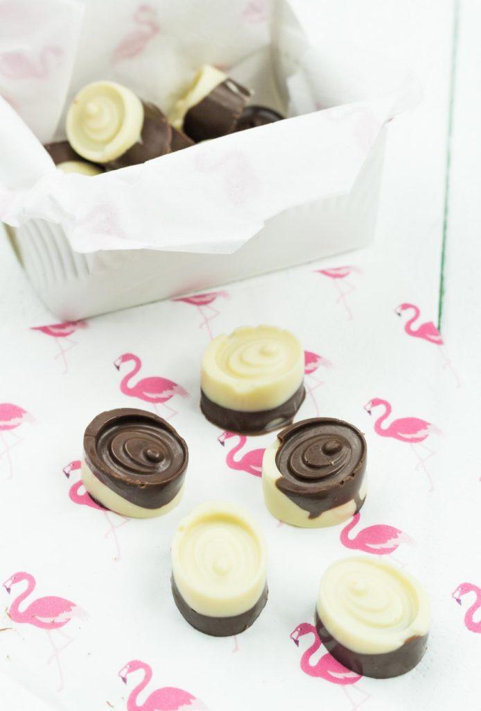 DIY Schoko Pralinen selber machen - schöne und leckere DIY Geschenkidee zum Valentinstag, Muttertag oder Geburtstag - einfach und schnell gemacht
