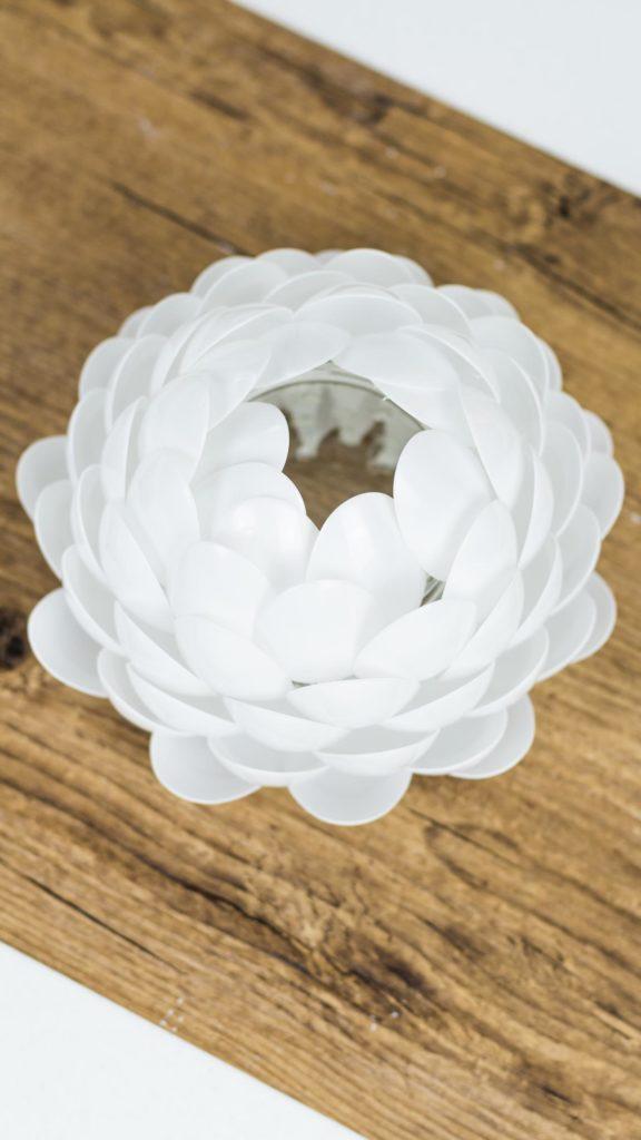DIY leuchtende Lotusblume aus Plastik Löffeln basteln - DIY Lampe - günstige, aber sehr schöne DIY Deko Idee