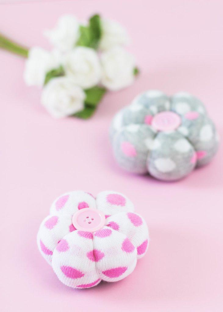 DIY Deko Blumen aus Socken basteln - schöne Frühlingsdeko und tolle Upcycling Idee für einzelne Socken