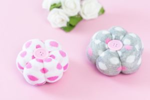 DIY Deko Blumen aus Socken basteln – tolle Upcycling Idee