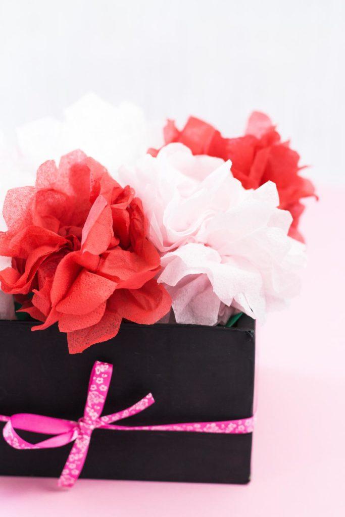 DIY Flowerbox mit Blumen aus Servietten basteln - schöne Geschenkidee für die Liebsten