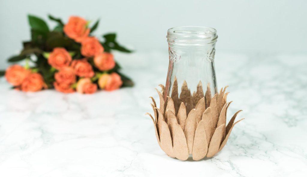 DIY Vase mit Eierkartons in Kupfer basteln - schöne Zimmer Deko Idee