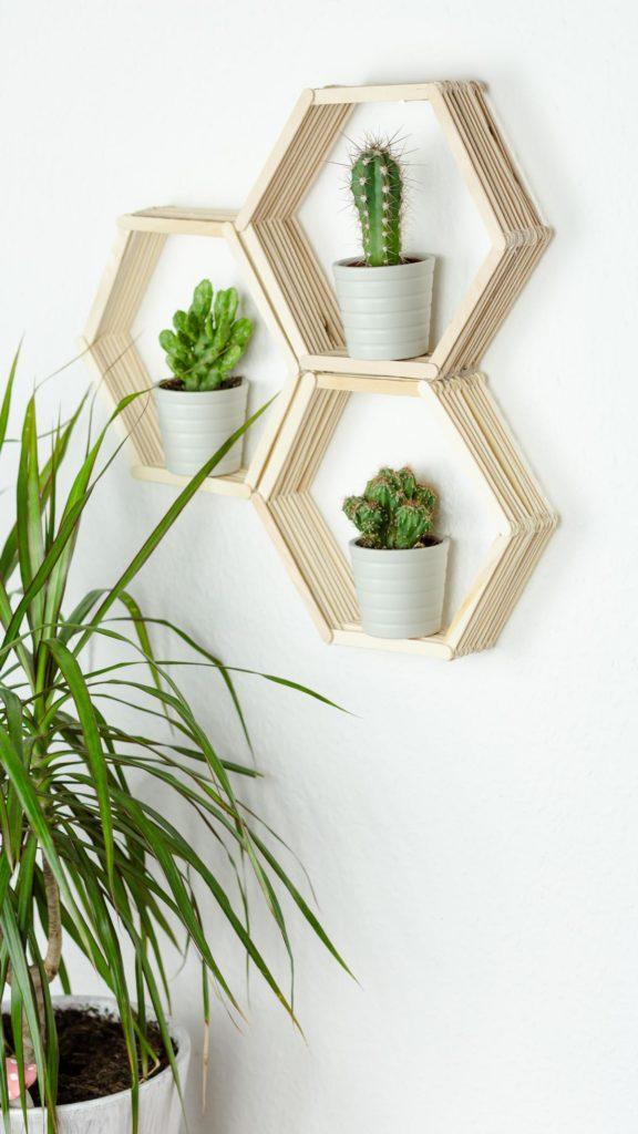 DIY Wandregal in Wabenform basteln - tolle, günstige DIY Zimmer Deko Idee aus Eisstäbchen
