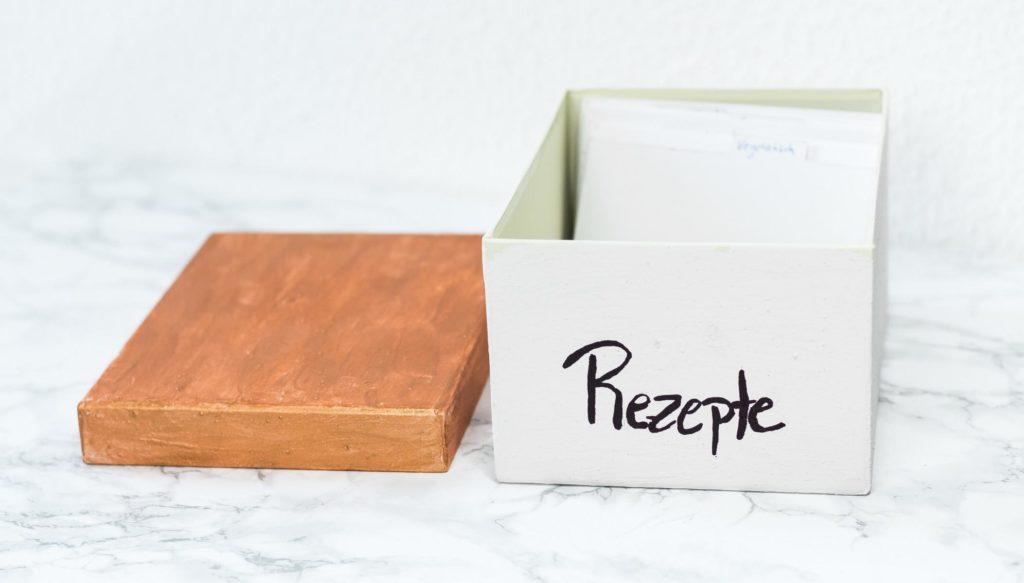 DIY Rezeptbox basteln - günstige, kreative Rezept Aufbewahrung