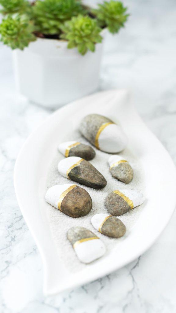 Steine bemalen in weiß - gold: tolle DIY Deko Idee, nicht nur im Sommer