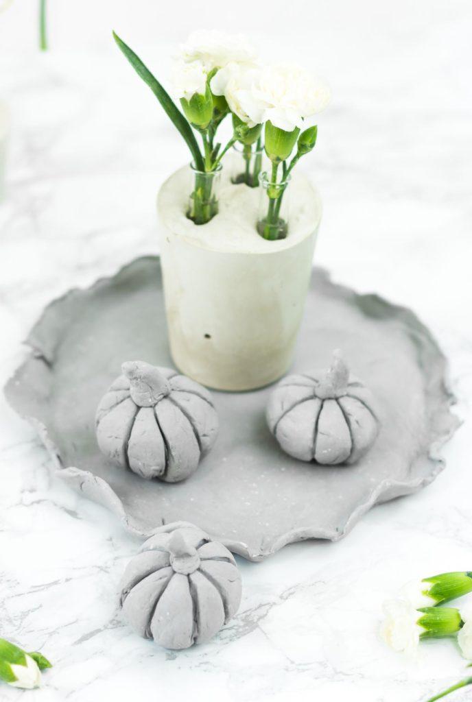 DIY Deko Kürbisse aus Modelliermasse basteln - schöne DIY Idee im Herbst