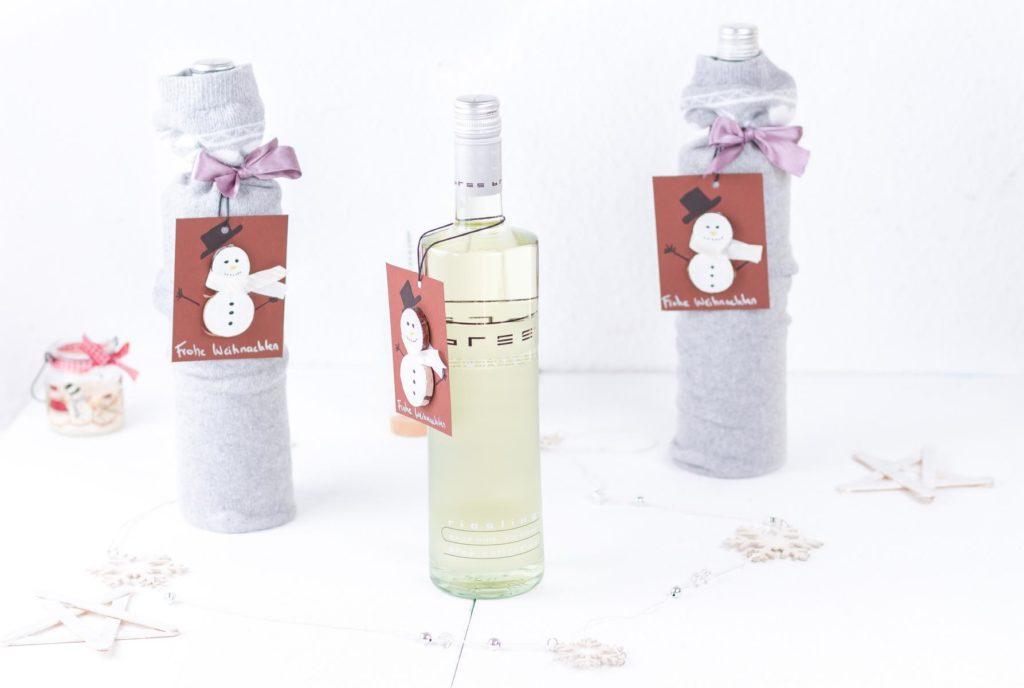 Weinflasche weihnachtlich gestalten mit DIY Schneemann Geschenkanhänger