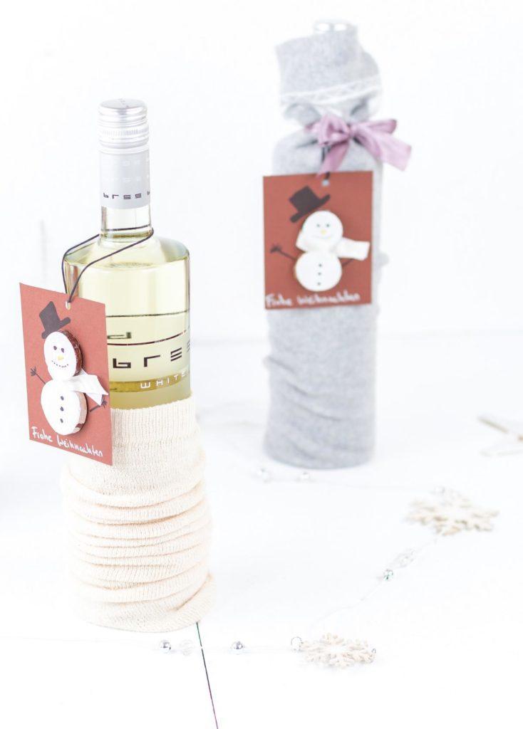 Weinflaschen weihnachtlich verpacken mit Socken und einem DIY Schneemann Geschenkanhänger - inspiriert von Bree Wein