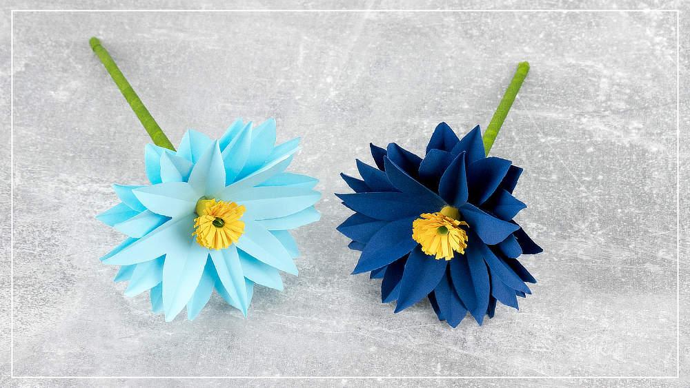 blaue Blumen aus Papier